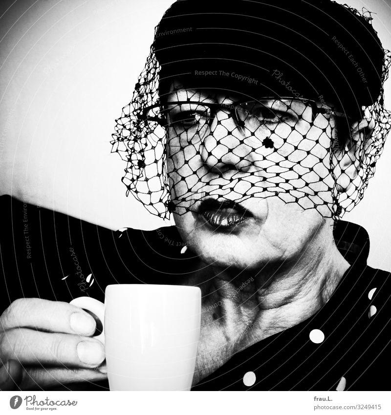 ein Tässchen Espresso Restaurant trinken feminin Frau Erwachsene Weiblicher Senior Gesicht 1 Mensch 60 und älter Brille Hut außergewöhnlich elegant retro