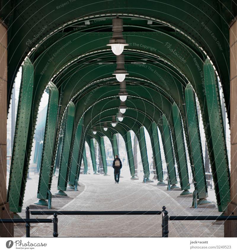 Ablauf zwischen Säulen 1 Mensch Schönhauser Allee Prenzlauer Berg Hochbahn Stahlträger Fußgänger Wege & Pfade U-Bahn groß historisch lang unten Stadt viele grün