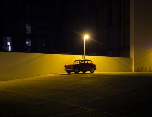 Dauerparker 2.0 Berlin-Mitte Mauer Parkplatz Parkplatzbeleuchtung Oldtimer Beton leuchten dunkel frei modern retro Stimmung gewissenhaft Ausdauer Ordnungsliebe