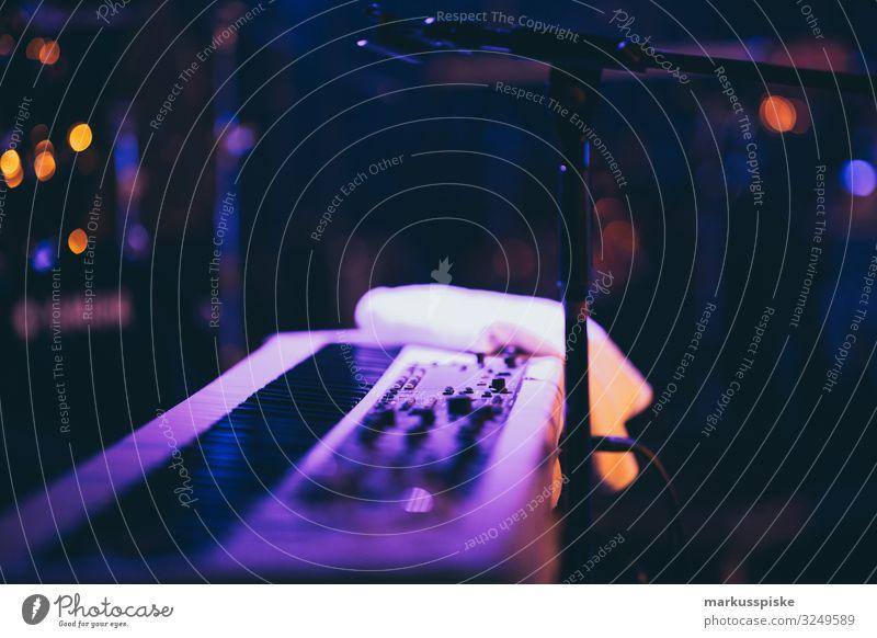 Keyboard Live Musik Bühne Lifestyle Freude Glück Freizeit & Hobby Spielen Nachtleben Entertainment Party Veranstaltung Club Disco Bar Cocktailbar Lounge