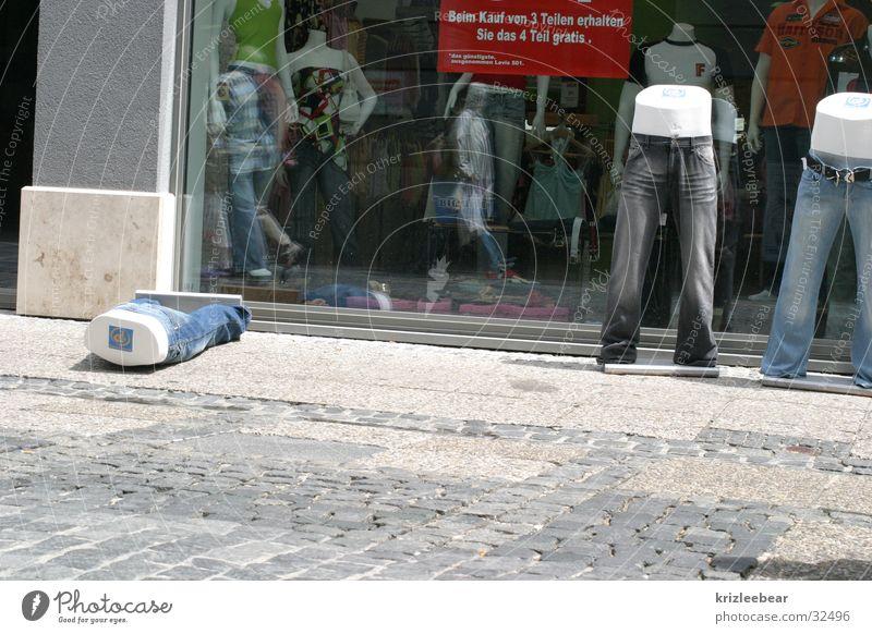 besoffene jeans geschlossen Hose Ladengeschäft obskur Alkoholisiert Unfall umgefallen