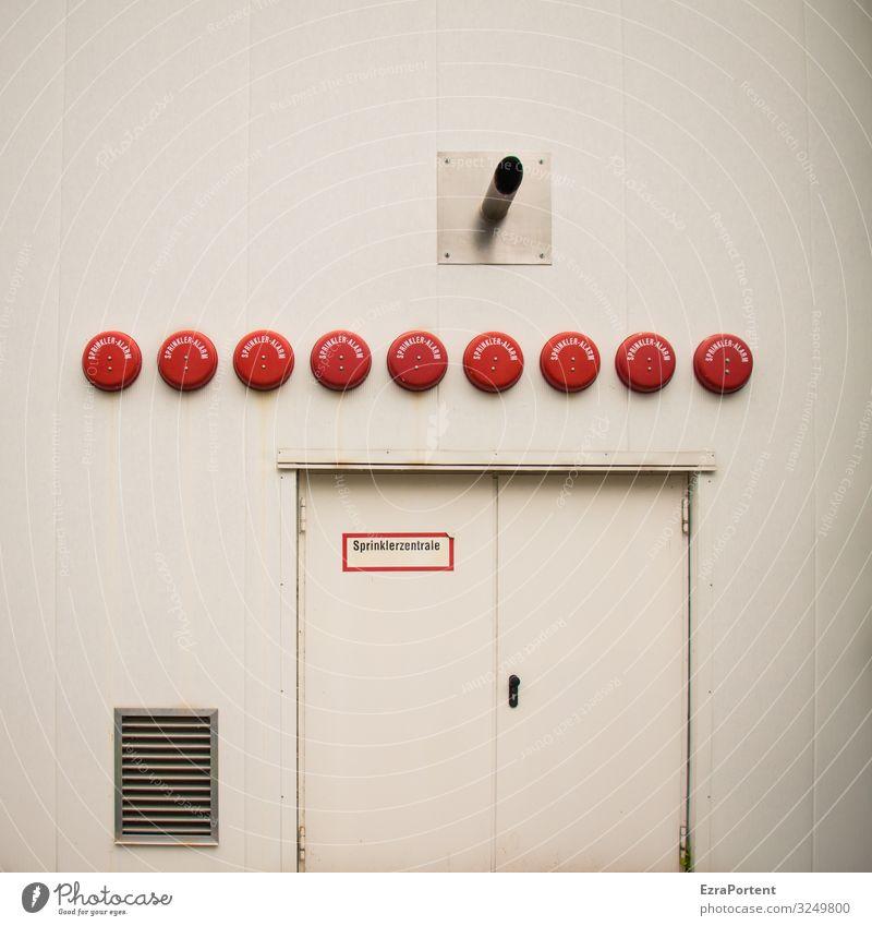 Sprinklerzentrale Design Farbe Fassade abstrakt Sprinkleranlage Wand Strukturen & Formen Gebäude Mauer Tür weiß rot Bauwerk graphisch Grafische Darstellung