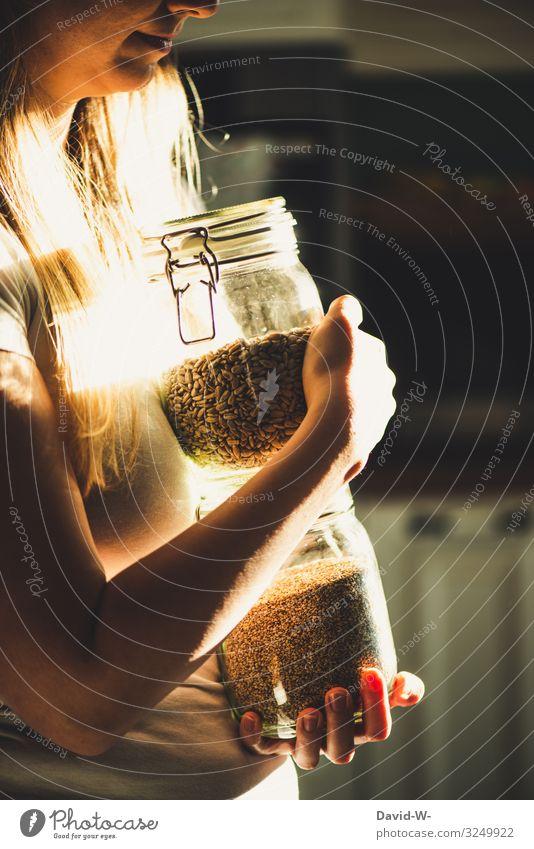 nachhaltig - Frau mit Einmachgläsern als Aufbewahrungsbehälter Nachhaltigkeit Einmachglas einmachgläser festhalten Körner selbermachen Gesunde Ernährung Unwelt