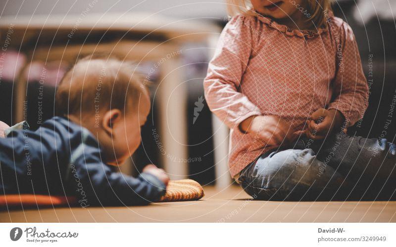 Kinder spielen zusammen auf dem Boden spielend Spielen Mädchen Junge Kindheit Geschwister Bruder Schwester beschäftigen ärgern necken Geschwisterkind klein
