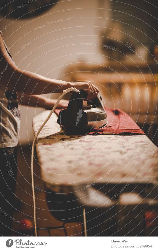 Frau bügelt mit einem Bügeleisen die Wäsche bügeln Kleidung kleidungsstück Bügelbrett Mutter Haushalt Bekleidung Waschtag Wäsche waschen Haushaltsführung