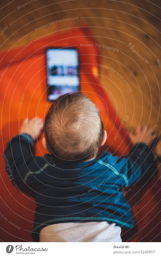 Baby / Kleinkind mit einem Handy ruhig gestellt handy Kindererziehung anonym Kindheit falsch schlecht schädlich Psychische Störung psyche stress krank Krankheit