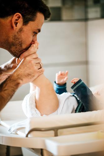 Vater mit Kind Lifestyle elegant Körperpflege Häusliches Leben Wohnung Arbeit & Erwerbstätigkeit Beruf Business Mensch maskulin Baby Junge Junger Mann