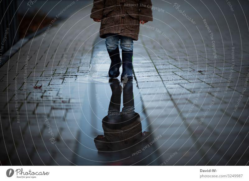 spazieren bei Regen Regenspaziergang regentag pfütze Gummistiefel Kind Mädchen.Kleinkind niedlich düster schlechtes Wetter nass Außenaufnahme Pfütze Farbfoto