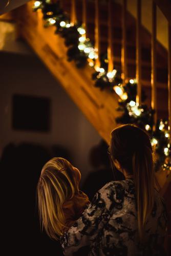 neugierde Häusliches Leben Wohnung Weihnachten & Advent Mensch feminin Kind Kleinkind Mädchen Frau Erwachsene Eltern Mutter Familie & Verwandtschaft Kindheit 2