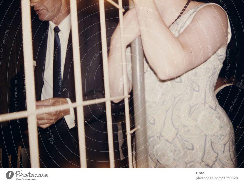 Valentin/a Nachtleben Party maskulin feminin Frau Erwachsene Mann 2 Mensch Kleid Anzug Krawatte Gitter festhalten stehen Willensstärke Leidenschaft Sicherheit