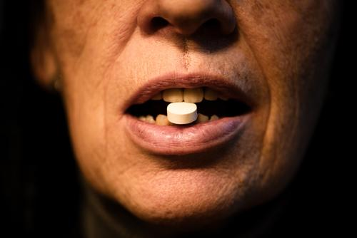 Tablette Lifestyle Haut Gesundheit Gesundheitswesen Behandlung Krankheit Rauschmittel Medikament Leben Mensch feminin Frau Erwachsene Senior Kopf Gesicht Mund
