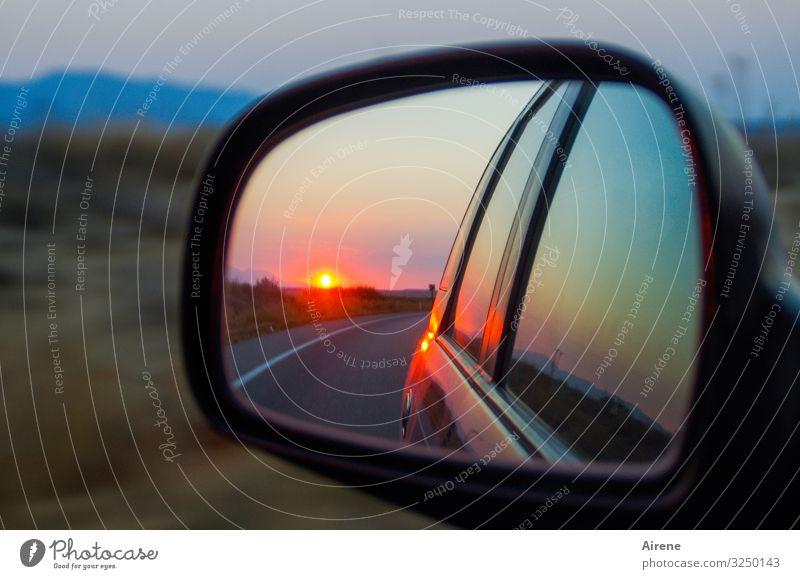 rückblickend Landschaft Sonnenaufgang Sonnenuntergang Schönes Wetter Hügel Ebene Straße PKW Rückspiegel Autofenster Spiegel Reflexion & Spiegelung fahren