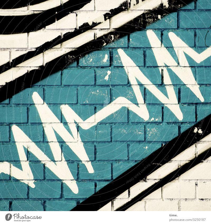 Kunst am Bau | heartbeat mauer kreativ herzschlag wand backstein grafitti linien streifen kardiologie EKG diagonal schräg