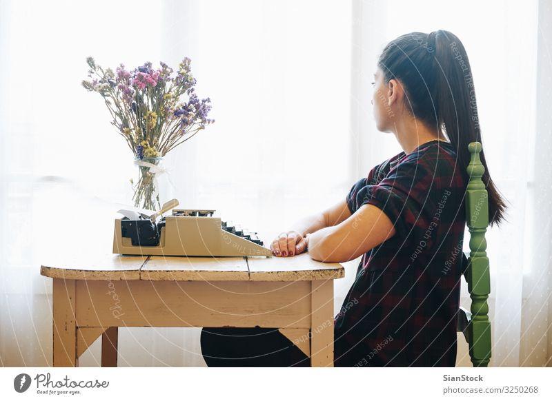 Junge Frau tippt auf einer alten Schreibmaschine Arbeit & Erwerbstätigkeit Büro Hand Papier Metall schreiben retro Nostalgie Antiquität Schriftsteller