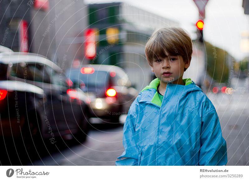 Kind steht an einer Straße Straßenverkehr Ampel Verkehr Stadt Junge Gefahr Verantwortung Schulweg gehen Verkehrswege Verkehrszeichen Autofahren Fußgänger