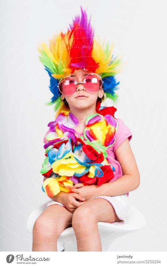 Lustiges kleines Mädchen in Verkleidung mit Perücke und Sonnenbrille Freude Glück Gesicht Entertainment Feste & Feiern Mensch feminin Kind Kindheit 1 3-8 Jahre