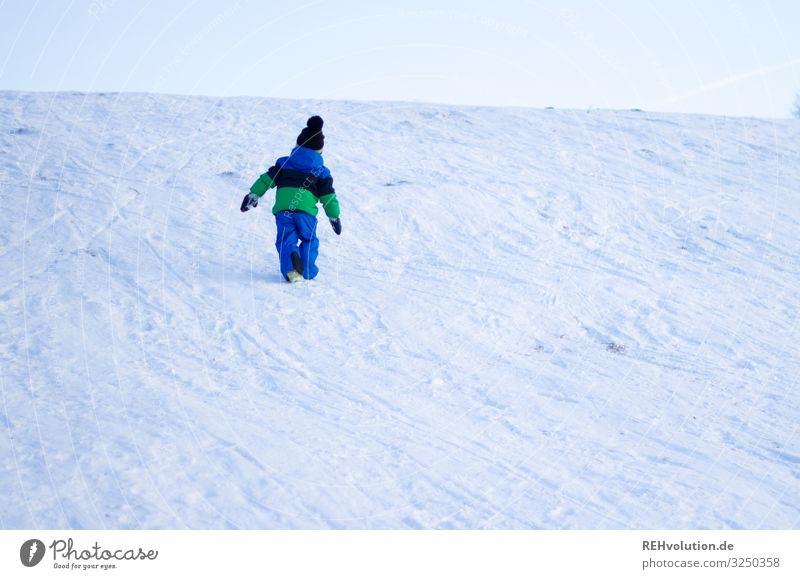 Kind läuft am Berg mit Schnee Freude Glück Freizeit & Hobby Spielen Mensch maskulin Junge 1 3-8 Jahre Kindheit Umwelt Natur Landschaft Himmel Horizont Winter