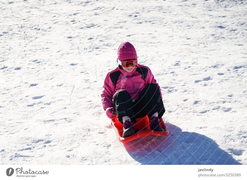 Kleines Mädchen beim Rodeln im Skigebiet Sierra Nevada. Freude Glück Erholung Freizeit & Hobby Spielen Ferien & Urlaub & Reisen Winter Schnee Berge u. Gebirge