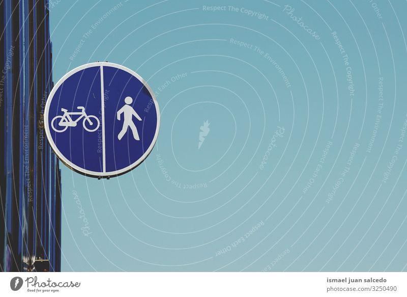Fußgänger- und Fahrradampel auf der Straße blau Gehhilfe Verkehrsgebot Signal Ermahnung Großstadt Verkehrsschild Zeichen Symbole & Metaphern Weg Vorsicht