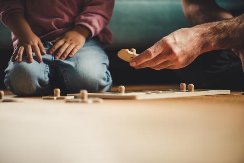 Übung macht den Meister elegant Zufriedenheit Spielen Wohnung Kinderzimmer Mensch maskulin feminin Kleinkind Mädchen Mann Erwachsene Eltern Vater