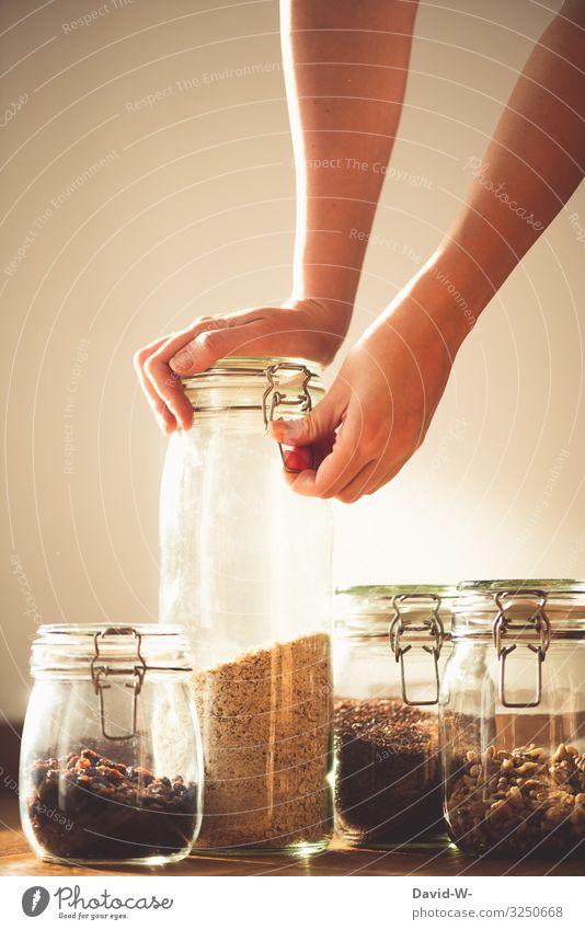 Aufbewahrungsbehälter aus Glas nachhaltig Frau Körner Einmachglas Glasbehälter Zukunftsangst umweltfreundlich Umwelt Hand umweltbewusstsein bewußt Plastikwelt