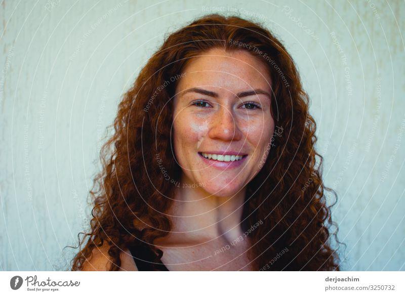 Wanted / Model. Ein Mädchen mit lockigem Haar lächelt... Stil Gesicht harmonisch Sommer Garten feminin Junge Frau Jugendliche Familie & Verwandtschaft Kopf 1