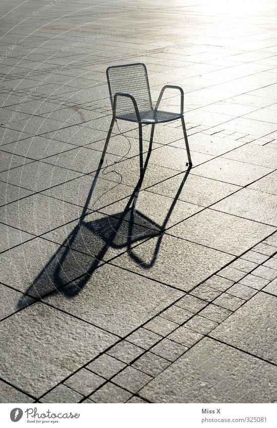 Schatten Stuhl Menschenleer Platz Marktplatz sitzen einzeln Schattenspiel Gartenstuhl warten Farbfoto Gedeckte Farben Außenaufnahme Muster Textfreiraum links