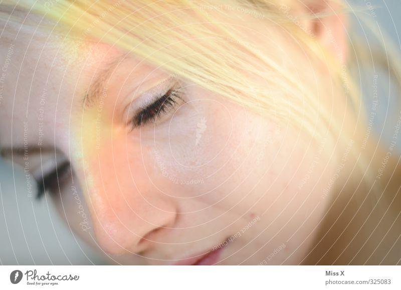 Regenbogen Mensch Jugendliche schön Junge Frau Erwachsene 18-30 Jahre feminin Kopf blond Haut leuchten Prisma regenbogenfarben