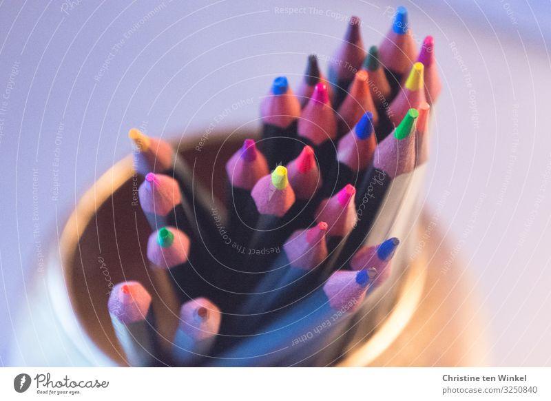 Buntstifte in einem goldfarbenen Becher Freizeit & Hobby Basteln Schreibwaren Schreibstift Coolness eckig Fröhlichkeit nah Spitze blau braun mehrfarbig gelb