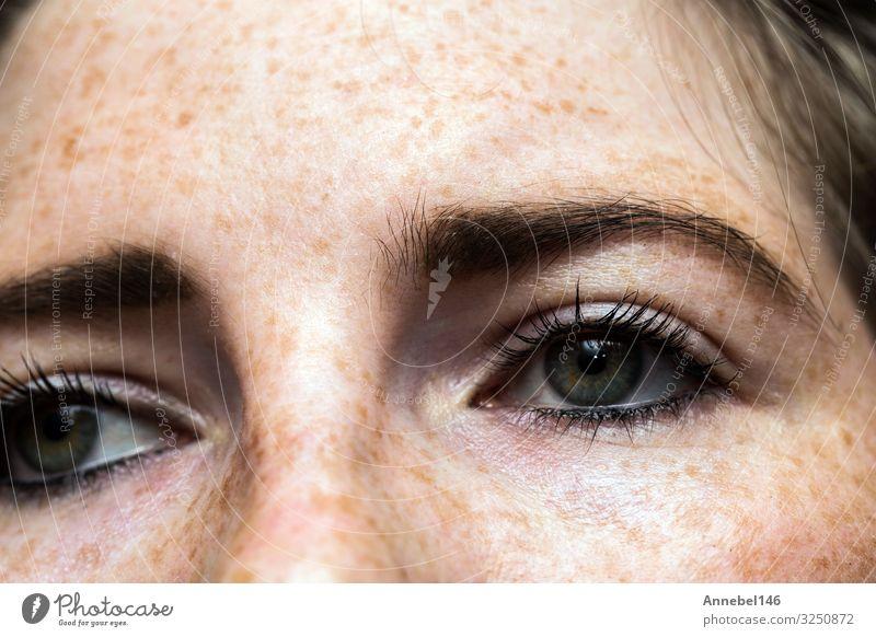 Augen Nase Frau Porträt mit Sommersprossen Nahaufnahme gesunde Haut Freude Glück schön Gesicht Schminke Mensch Erwachsene Lippen Natur Mode brünett Lächeln