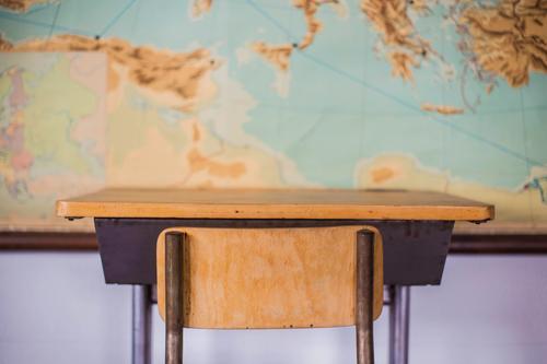 Kind alt Haus schwarz Holz Schule Erde hell Tisch historisch Studium Stuhl Erwachsenenbildung Möbel Landkarte Schreibtisch