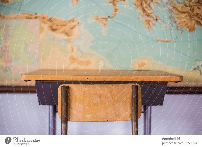 Leere Schreibtische im Klassenzimmer der Schule mit Weltkarte. Haus Möbel Stuhl Tisch Erwachsenenbildung Kind Klassenraum Tafel Studium Erde Holz Globus alt