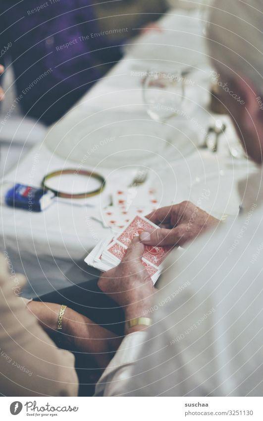kartentrick Mann Frau Spielkarte Hand Tisch Gesellschaft (Soziologie) Feste & Feiern Hochzeit Geburtstag Spielen Unterhaltung Entertainment Zaubertrick mischen