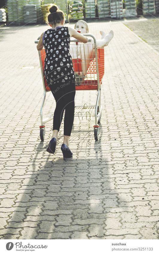 shoppen gehen Mädchen Kind Junge Frau Jugendliche Teenager Einkaufswagen kaufen Schaufensterpuppe skurril lustig seltsam Spaziergang Freude schieben