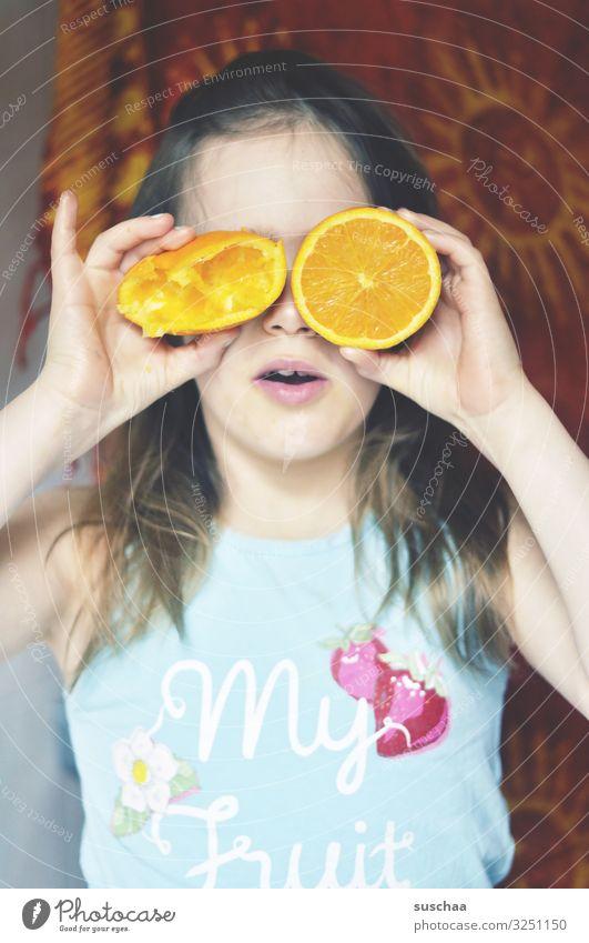 ach du liebes früchtchen Kind Gesunde Ernährung Hand Mädchen Gesicht Auge lustig Spielen Frucht Orange verrückt rund Vitamin Saft verdeckt kindlich