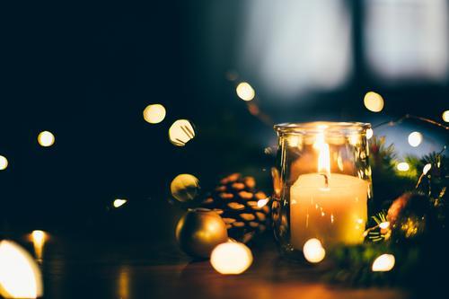 Weihnachtsstimmung zu Hause bei Kerze und Licht Winter Dekoration & Verzierung Tisch Feste & Feiern Weihnachten & Advent Wärme Baum glänzend dunkel natürlich