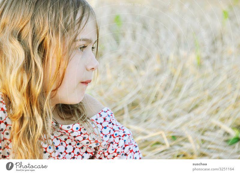 mädchen (4) Kind Mädchen mädchenhaft lieblich schön süß weich hell sommerlich leicht Porträt Gesicht Blick Blick zur Seite Profil Sonnenlicht Außenaufnahme