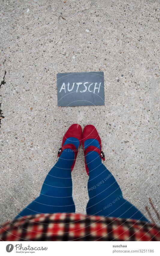 nach dem hinfallen .. Text Wort Buchstaben Autsch wehtun Schmerz Tafel Hinweis Information Mitteilung Frau Beine Rock weiblich Straße Füße Asphalt