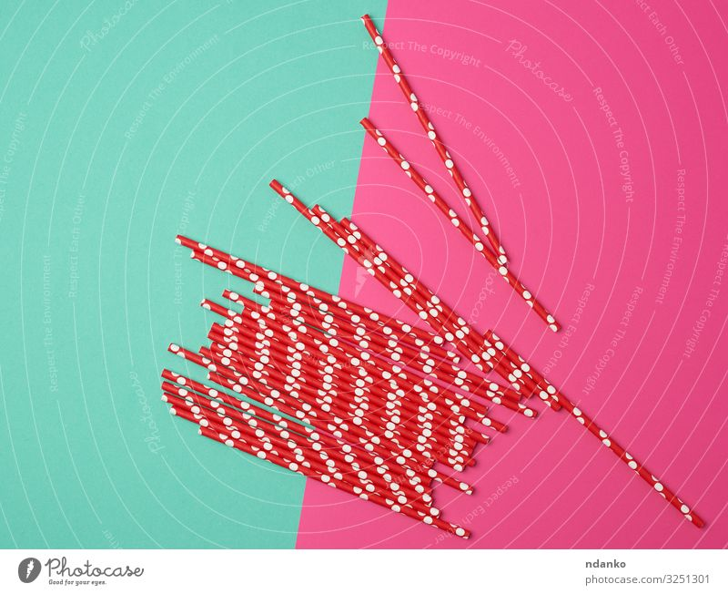rote Papierhülsen für einen Cocktail Getränk Design Freude Tube gelb grün rosa Farbe Idee Kaukasier Entwurf Einwegartikel trinken Öko ökologisch Gerät festlich
