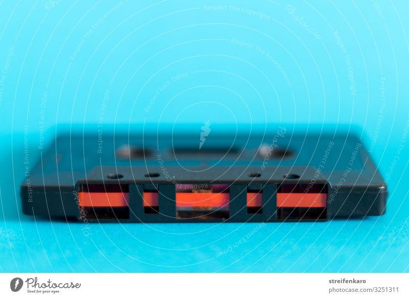 Musikkassette mit rotem Magnetband auf blauem Untergrund Nachtleben Entertainment Party Club Disco Feste & Feiern Tanzen Unterhaltungselektronik Musik hören