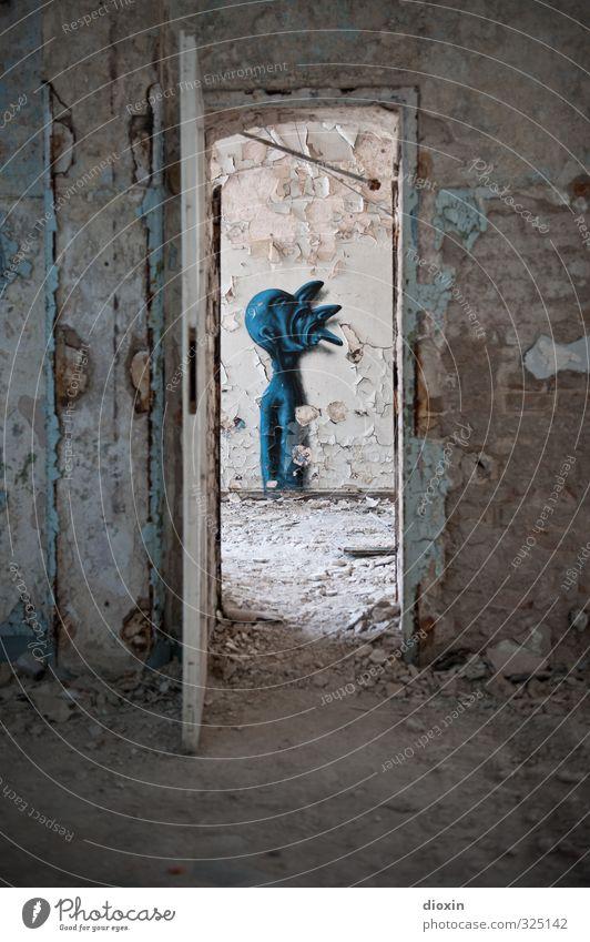 I and I survive Kunst Kunstwerk Gemälde Graffiti Straßenkunst Ruine Mauer Wand Tür trashig Senior Beginn Kreativität skurril Surrealismus Stadt Verfall