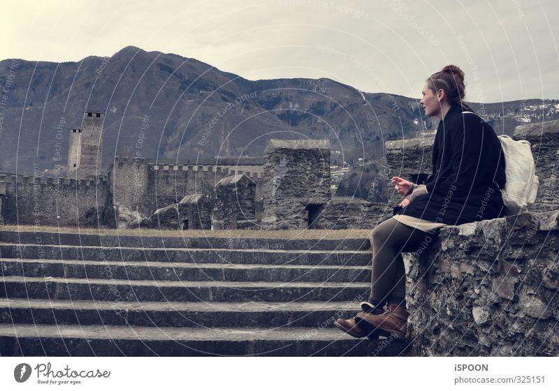 Auf Reisen Mensch Jugendliche Hand Junge Frau Ferne 18-30 Jahre Erwachsene Berge u. Gebirge feminin Haare & Frisuren Freiheit Kopf Beine Körper Haut Schuhe