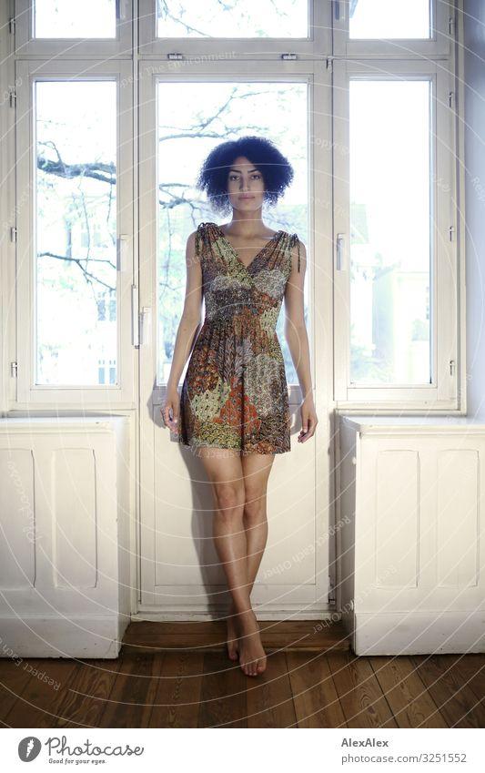 Junge Frau steht vor Balkontür Stil schön Wohlgefühl Raum Fenster Altbauwohnung Jugendliche Beine 18-30 Jahre Erwachsene Kleid Barfuß schwarzhaarig langhaarig