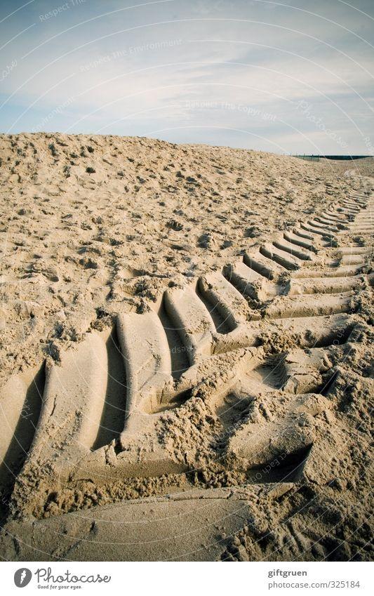 paris-dakar Urelemente Sand Himmel Wolken Küste Strand fahren Spuren Abdruck Reifenspuren Fahrzeug Ostsee Hügel Farbfoto Außenaufnahme Nahaufnahme