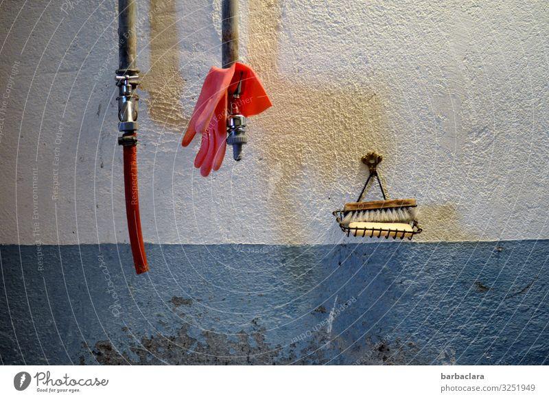 In Großmutters Waschküche Körperpflege Seife Handschuhe Häusliches Leben Raum Keller Arbeitsplatz Gebäude Mauer Wand Waschhaus Wasserhahn Schlauch Seifenschale