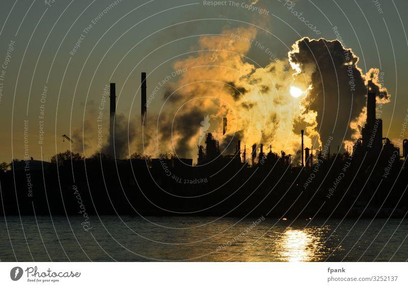 """Industrieanlagenromantik am Fluss Umwelt Wasser Himmel Klima Klimawandel Flussufer Schornstein dunkel Umweltverschmutzung """"Industrieanlage Schornsteine Emission"""