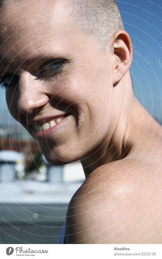 Portrait einer jungen Frau mit Grübchen schön Leben Junge Frau Jugendliche Schulter Gesicht Sommersprossen 18-30 Jahre Erwachsene Schönes Wetter Glatze Lächeln
