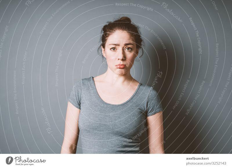 junge Frau schmollt Lifestyle Mensch feminin Junge Frau Jugendliche Erwachsene 1 18-30 Jahre T-Shirt brünett Traurigkeit authentisch schön lustig grau Gefühle