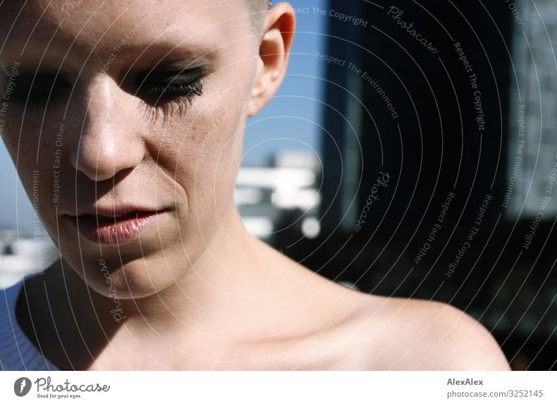 Portrait einer jungen Frau Stil schön Wohlgefühl Junge Frau Jugendliche Gesicht Sommersprossen 18-30 Jahre Erwachsene Hochhaus Glatze Blick warten ästhetisch