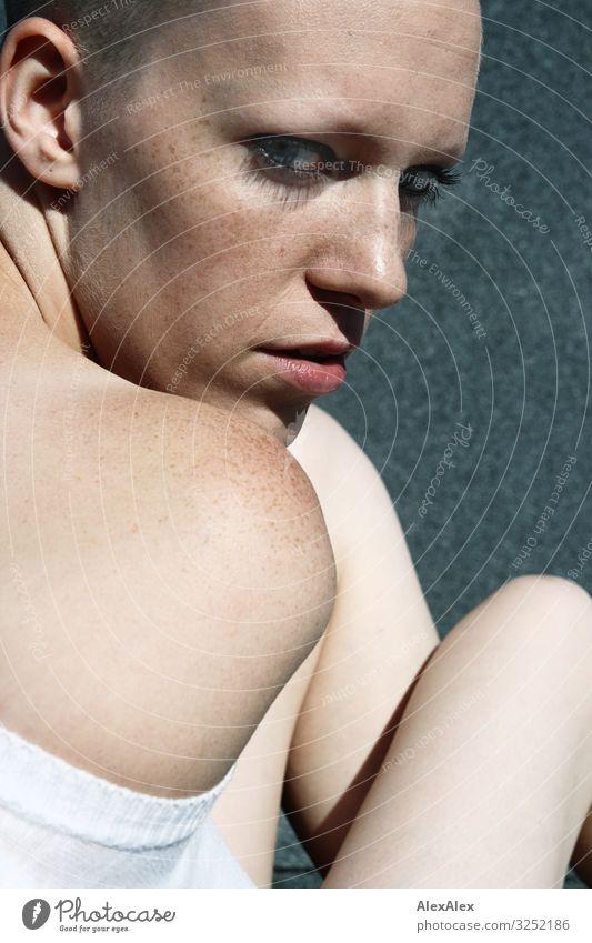 Portrait einer jungen Frau über die Schulter Stil schön Junge Frau Jugendliche Gesicht Sommersprossen 18-30 Jahre Erwachsene Schönes Wetter T-Shirt Glatze Blick
